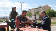 Halkın Kandilini Gül Dağıtarak Kutladı