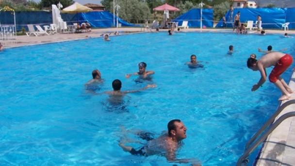 Sıcak Havada Gençler Havuza Akın Ediyor