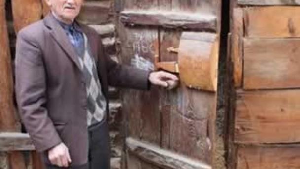 Özel bir kapı kilidi kullanıyor