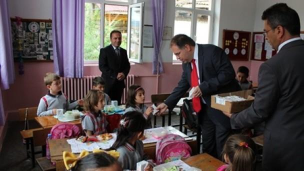 Tosya'da okullarda süt dağıtıldı