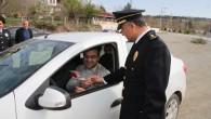 Polis Sürücülere Çiçek Dağıttı