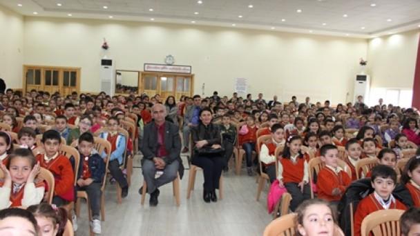 Çocuklar tiyatroyu beğeni ile izledi