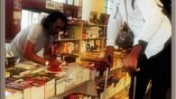Dünyanın En Uzun Adamına Kitabını İmzaladı