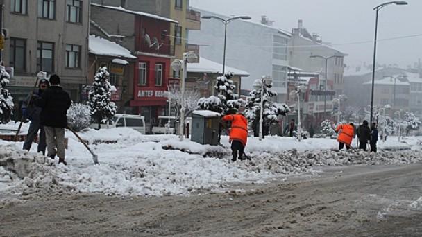 Belediye ekiplerinin kar mesaisi devam ediyor