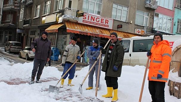 Belediye ekiplerinden kar temizliğine devam