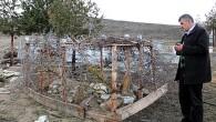 Mezarları Tel Örgü İle  Koruyorlar
