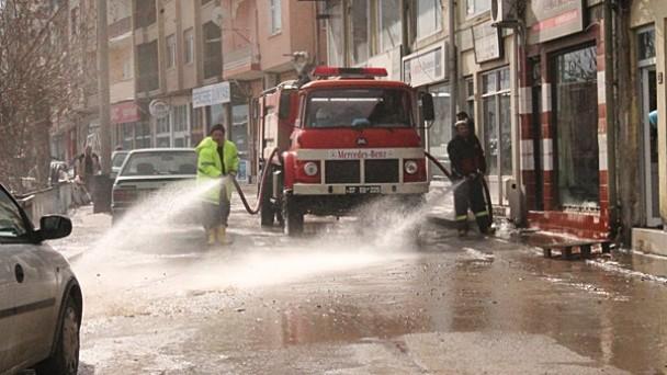 Belediye cadde ve sokakları yıkamaya devam ediyor