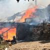 Karabey Köyü'nde 3 ev 1 samanlık kül oldu