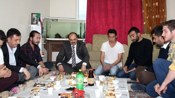 Rektör, öğrencilerin hazırladığı yer sofrasında iftar yaptı