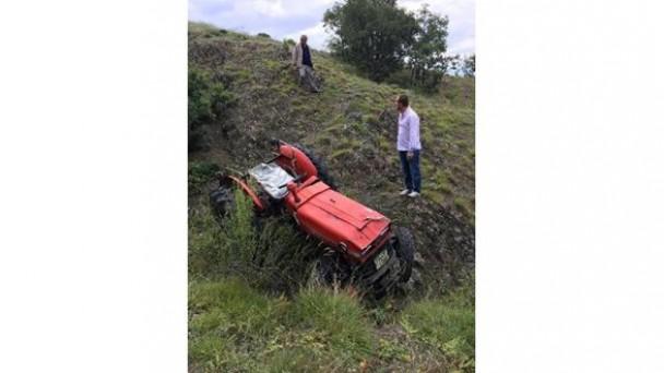 Traktör uçuruma yuvarlandı:1 yaralı