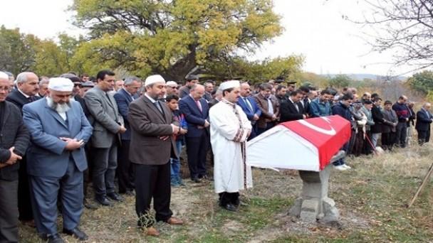 İntihar eden gazi askeri törenle defnedildi
