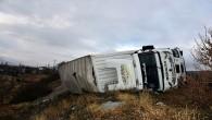 Makas kesen kamyon, bariyerlere çarparak devrildi