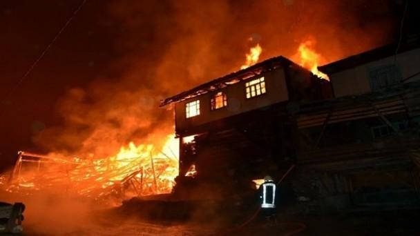 Özboyu Köyünde 8 ev küle döndü: 1 ölü