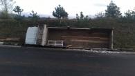 Freni patlayan kamyon, şarampole yuvarlandı