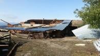 Kastamonu'da şiddetli fırtına, ağaçları devirdi, çatıları uçurdu