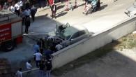 Park halindeki otomobil, motor kısmından yandı