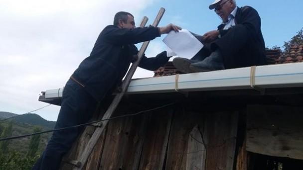 Postacı, Muhtara Evrağını Çatıda Teslim Etti