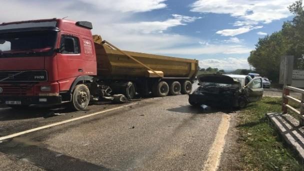 Tır ile hafif ticari araç çarpıştı: 3 yaralı