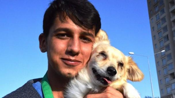 Yalnızlığını gidermek için sahiplendiği görme engelli köpek, tek dostu oldu