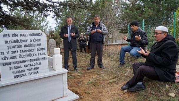 Öldürüldükten sonra yakılarak yok edilmek istenilen aile, mezarı başında anıldı