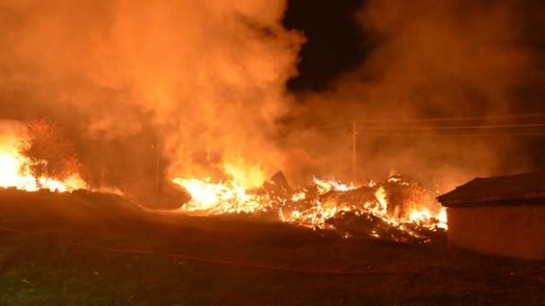 Tosya'da 3 ev, 6 ahır kül oldu