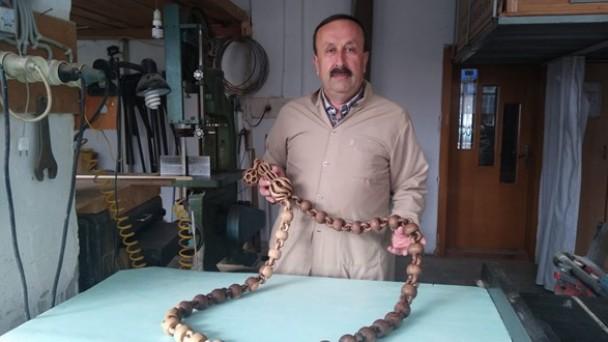 30 yıllık marangoz ustası, ceviz ağacından dev tespih yaptı
