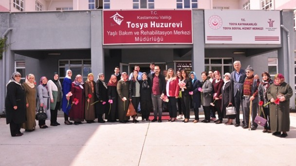 Tosya Huzurevi'ni ziyaret etti