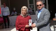 Sunucu Şahnur Yılmaz'a ödülünü Kaymakam Deniz Pişkin verdi