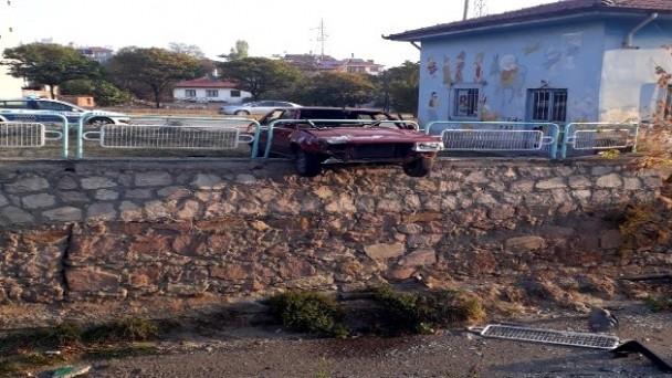 Otomobil, çaya uçmaktan son anda kurtuldu