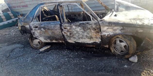 Tosya'da park halindeki otomobil alev alev yandı