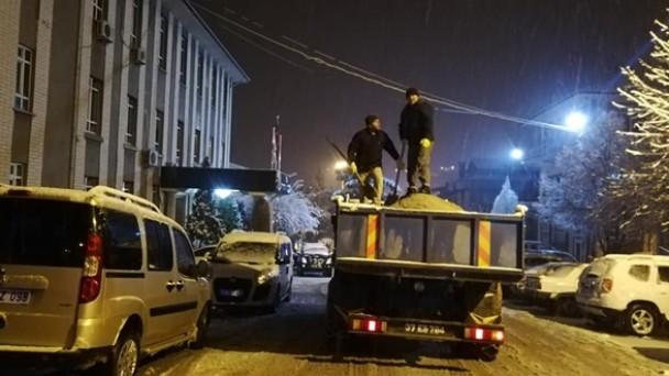 Tosya Belediyesi gece kar mesaisi yaptı