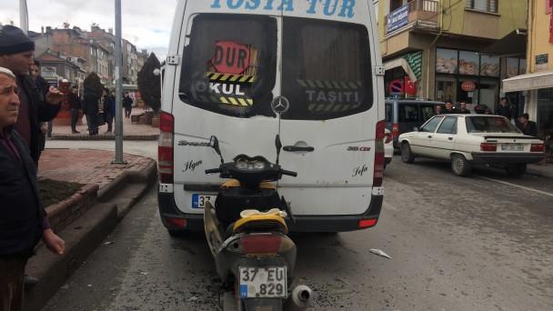 Tosya'da motosiklet minibüse çarptı, 1 yaralı