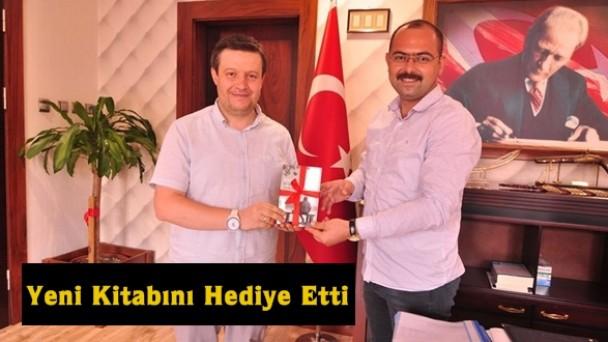 İsmail Özabacı Yeni Çıkan Kitabını Belediye Başkanı Volkan Kavaklıgil'e Hediye Etti
