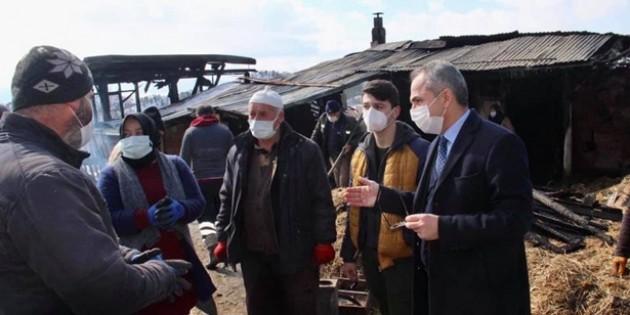 Tosya Kaymakamı Deniz Pişkin, evi yanan aileyi ziyaret etti
