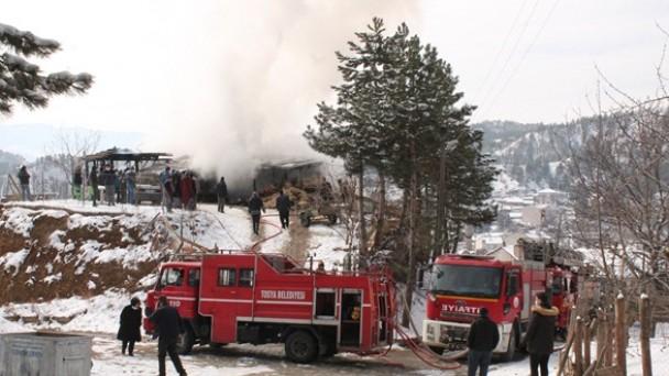 Tosya'da 2 katlı ev yandı