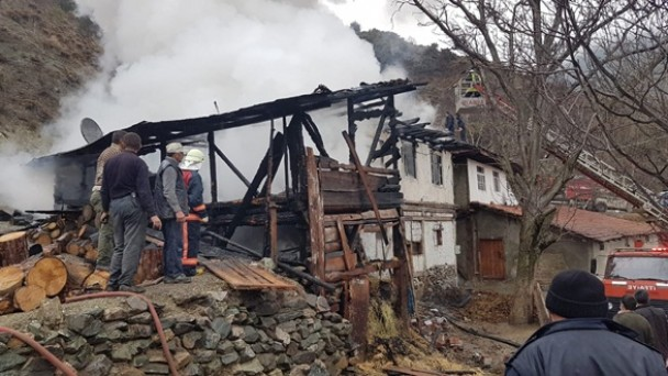 Tosya'da 1 ahşap ev ve bir samanlık yandı