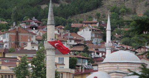 Tosya'da camiler bayraklarla donatıldı
